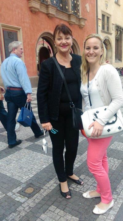 Nina Jordan (na fotografiji desno), ekskluzivna distributerka za voske Lycon v Sloveniji, se je za delo z voski izobraževala pri Lydii in zanjo pravi, da je odlična učiteljica in mojstrica svojega poklica.